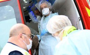 Les pompiers prennent en charge un malade suspecté d'être infecté par le coronavirus, le 6 avril 2020 à Lille.