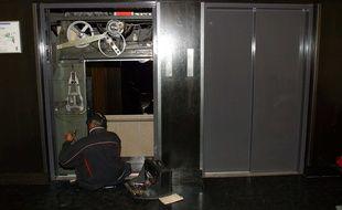 Un ascenseur en cours de maintenance. Image d'illustration.