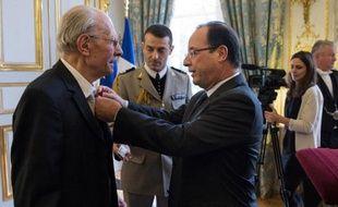 L'historien et sociologue Emile Poulat, décoré de la Légion d'honneur par le président François Hollande, le 9 décembre 2012 lors d'une cérémonie à l'Elysée, à Paris