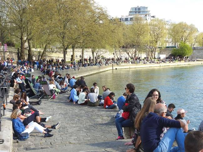 Les berges de la Seine à Paris en temps normal, un weekend.