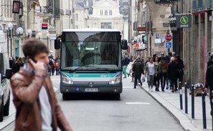 Un bus du réseau Star circule dans les rues de Rennes.