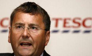 Le directeur général du géant britannique de la distribution Tesco, Philip Clarke, a renoncé à son bonus annuel pour tenir compte de performances décevantes, a annoncé mardi le groupe.