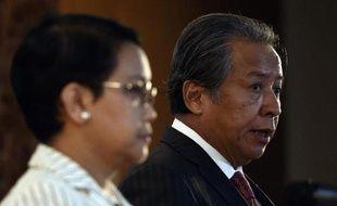 La ministre indonésienne des affaires étrangères Retno Marsudi (g) et son homologue de Malaisie Anifah Aman (R) s'adressent à la presse sur le sort des migrants, le 20 mai 2015 à Putrajaya (Malaisie)