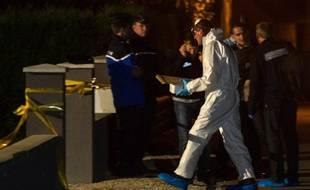 Moernach, le 2 septembre 2014. Un technicien scientifique de la gendarmerie sort de la maison où ont été découverts les corps d'une fillette de onze ans et celui de son frère de 8 ans, dans un état critique.