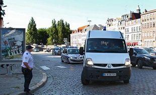 Les deux hommes mis en cause dans la fusillade devant le club «Theatro» de Lille sont amenés au tribunal, le 24 juillet 2012.