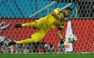 Sergio Romero arrête le ballon lors des tirs au but le 9 juillet 2014 à Sao Paulo