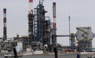 """Le premier raffineur indépendant en Europe, Petroplus, qui s'est vu refuser une ligne de crédit jugée """"indispensable"""" au bon fonctionnement de ses opérations, doit trouver une solution """"dans les prochains jours"""" pour continuer à pouvoir acheter du pétrole pour ses cinq raffineries."""