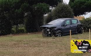 Des voitures accidentées sont déposées sur certains ronds-points de Vendée