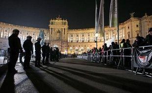 SOS Racisme, l'Union des étudiants juifs de France (UEJF) et le Mouvement contre le racisme et pour l'amitié des peuples (Mrap) ont dénoncé dimanche la présence de Marine Le Pen à un bal organisé en Autriche par des associations estudiantines proches de l'extrême-droite.