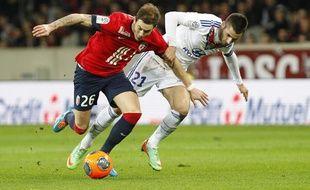 Nolan Roux et Maxime Gonalons lors du match entre Lille et Lyon le 23 février 2014.
