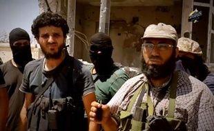 Photo tirée d'une vidéo diffusée le 9 octobre 2014 montrant le chef du groupe Ansar Asharia, Mohamed al-Zehawi (d), entouré de ses hommes, dans un endroit non précisé, près de Benghazi, en Libye