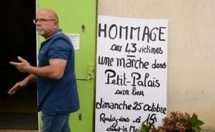Un homme passe devant la salle des fêtes où une marche est annoncée, le 24 octobre 2015 à Petit-Palais-et-Cornemps