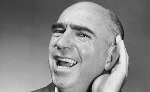Portrait d'un homme tendant l'oreille.