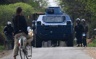 Un occupant de la ZAD de Notre-Dame-des-Landes fait face aux gendarmes mobiles.
