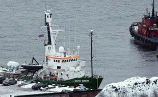 """La Russie a annoncé mercredi avoir réduit de """"piraterie"""" à """"hooliganisme"""" les charges retenues contre les membres de l'équipage d'un navire de Greenpeace détenus après l'abordage d'une plateforme pétrolière, mais cette nouvelle qualification a aussitôt été rejetée par l'organisation écologiste."""
