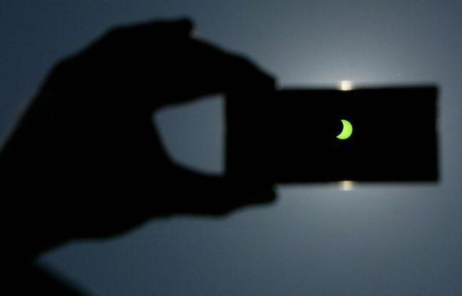 Une éclipse partielle de soleil vue à travers un filtre le 29 mars 2006 au Kososvo