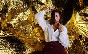 Alma dans le clip de sa chanson «T'es pas un homme».