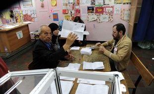 Le Front de Libération Nationale (FLN, parti présidentiel) a remporté vendredi les élections législatives en Algérie, avec 220 des 462 sièges, et les islamistes ont subi un revers, en arrivant en 3ème position avec 66 sièges, a annoncé le ministre de l'Intérieur Daho Ould Kablia