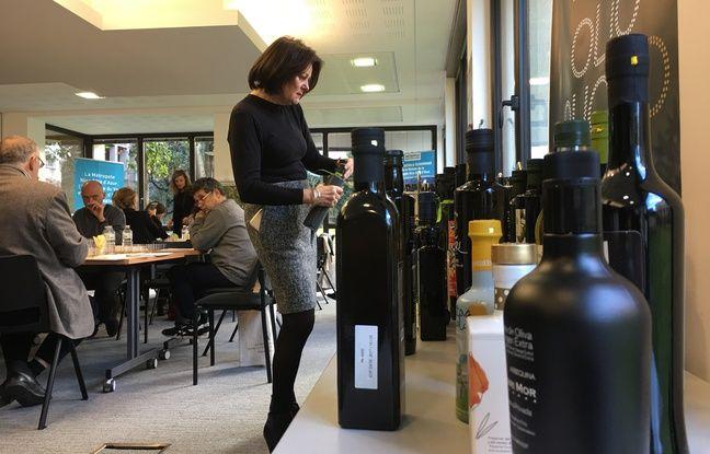Le jury des Olio Nuovo Days, attablé en deux groupes, en pleine dégustation