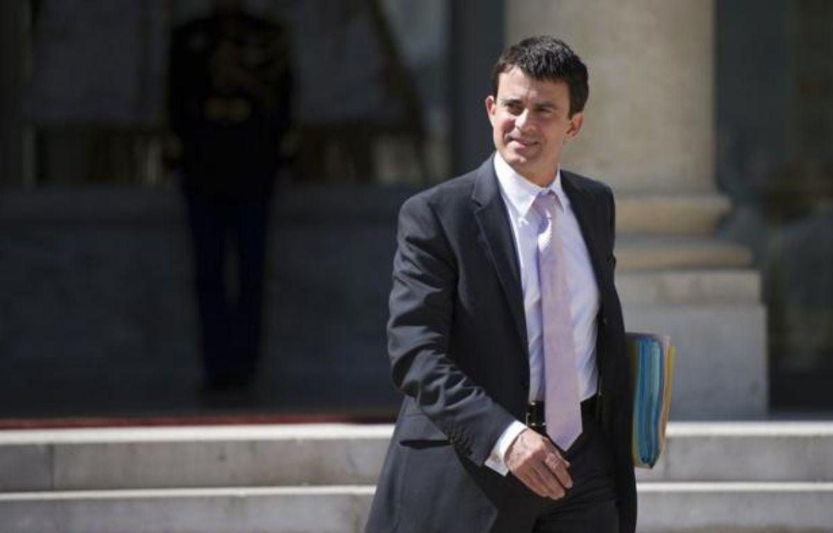 """Le ministre de l'Intérieur, Manuel Valls, a rencontré vendredi matin le Défenseur des droits, Dominique Baudis, pour évoquer une réforme de la procédure des contrôles d'identité, jugés """"nécessaires"""" mais à réévaluer pour """"ne plus être perçus comme abusifs"""", selon la place Beauvau. – Fred Dufour afp.com"""