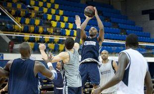 Le basketteur du Paris Levallois Eric Chatfield (en extension) lors d'un entraînement, à Levallois, le 22 novembre 2011.