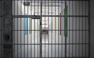 """Les prisons françaises ont battu un nouveau record avec 67.839 détenus début mai, malgré la volonté affichée de la gauche, au pouvoir depuis un an, de rompre avec la politique du """"tout carcéral"""" de l'époque Sarkozy."""