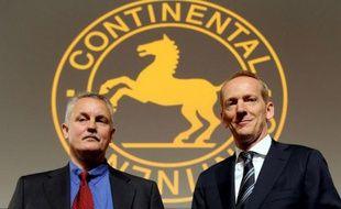Le président du Conseil d'administration (à gauche), Rolf Koerfer, et le PDG de Continental, Karl-Thomas Neumann, lors d'une réunion des actionnaires du groupe à Hanovre, en Allemagne, le 23 avril 2009.