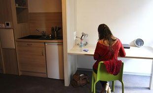 Une étudiante dans une cité universitaire à Toulouse.
