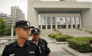 La condamnation à la peine de mort avec sursis de Gu Kailai ne met pas fin au retentissant scandale qui agite depuis des mois la Chine: les yeux se tournent désormais vers son mari, le dirigeant déchu Bo Xilai, un véritable casse-tête pour le Parti communiste.