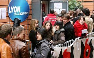 """Plusieurs milliers de candidats à l'hotel Hilton à Lyon, pour le casting de l'émission """"Nouvelle Star"""", diffusé le 9 mars 2010."""