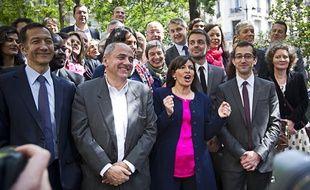 Anne Hidalgo a posé avec son équipe de campagne, dont Jean-Louis Missika et Rémi Féraud pour une photo de famille mardi 4 juin dans le 9e.
