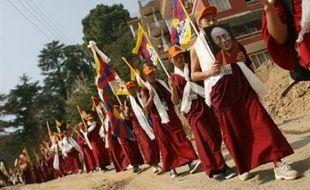 La Chine a confirmé mardi avoir réprimé une manifestation de moines la veille à Lhassa, la capitale du Tibet, lors du 49e anniversaire du départ forcé du dalaï lama, le chef spirituel des bouddhistes tibétains.