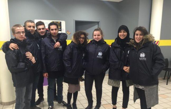L'équipe de Nouveau regard sur la jeunesse qui participe au porte à porte à Roubaix.