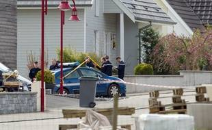 Gendarmes à proximité de la maison où a été perpétré le triple infanticide à Schlierbach (Haut-Rhin), le 11 avril 2015. AFP PHOTO / SEBASTIEN BOZON