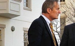 """L'élu républicain qui a provoqué un tollé aux Etats-Unis en affirmant qu'une femme victime d'un """"véritable viol"""" tombait rarement enceinte a présenté mardi ses excuses, refusant toutefois de céder à la pression de son parti pour retirer sa candidature au Sénat en novembre."""