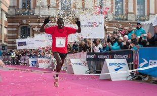 Le Kényan Benjamin Bitok a remporté cinq fois le marathon de Toulouse Métropole, en 2007, 2009, 2010, 2012 et 2013. Il triomphe ici sur la place du Capitole, le 28 octobre 2012.