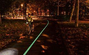 Une route luminescente a été créée sur une piste cyclable près de Bordeaux par l'entreprise Olikrom. —Olikrom