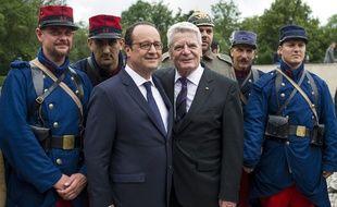 François Hollande et son homologue allemand, Joachim Gauck, le 4 août 2014, à Liège, en Belgique.