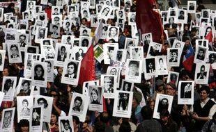 La gauche chilienne et le gouvernement de centre droit du président Sebastian Piñera ont marqué lundi le 40ème anniversaire du coup d'Etat du général Augusto Pinochet séparément et en deux lieux emblématiques.