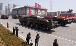 La Corée du Nord a transporté un 2e missile de moyenne portée sur sa côte orientale et l'a hissé sur un lance-missiles mobile, a rapporté vendredi l'agence sud-coréenne Yonhap, citant un haut responsable gouvernemental à Séoul.