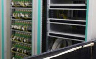 Un centre de regroupement de lignes de fibres optiques desservant   plusieurs immeubles d'un quartier Parisien à Paris, le 10 juin 2008