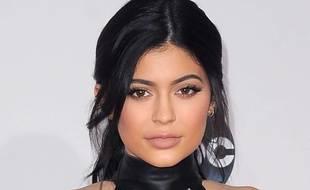 Kylie Jenner doit ses yeux de biche à des faux cils XXL.