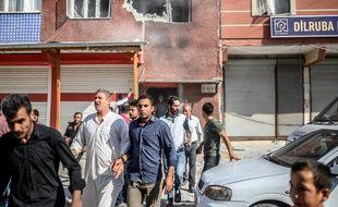 Des civils fuient la ville de Akcakale, près de la frontière turque avec la Syrie, le 13 octobre 2019.