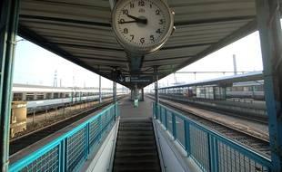 Une horloge à la gare de Caen (illustration).