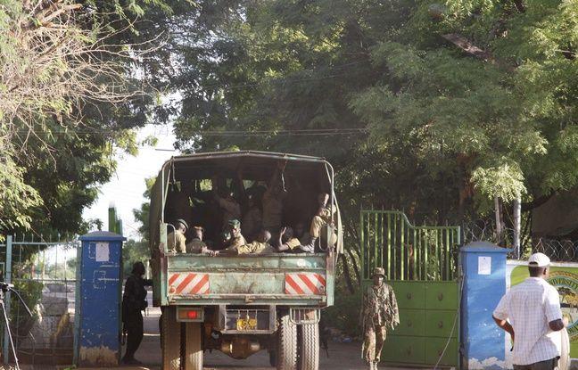 Des membres de l'armée du Kenya devant l'université de Garissa, le 3 avril 2015.