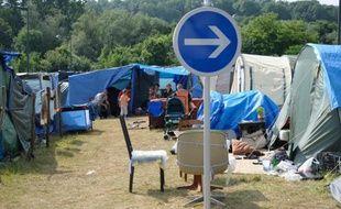 Campement de demandeurs d'asile originaires des Balkans sur un parking à Metz, dans l'est de la France, le 6 juillet 2013