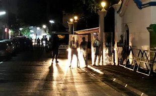 Des forces de sécurité se tiennent devant l'entrée de la cour suprême dans la capitale Malé le 5 février 2018.