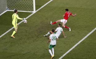 Le but contre son camp de McAuley (au milieu) a précipité l'élimination de l'Irlande du Nord par le pays de Galles, en 8e de finale de l'Euro, le 25 juin 2016 au Parc des Princes.