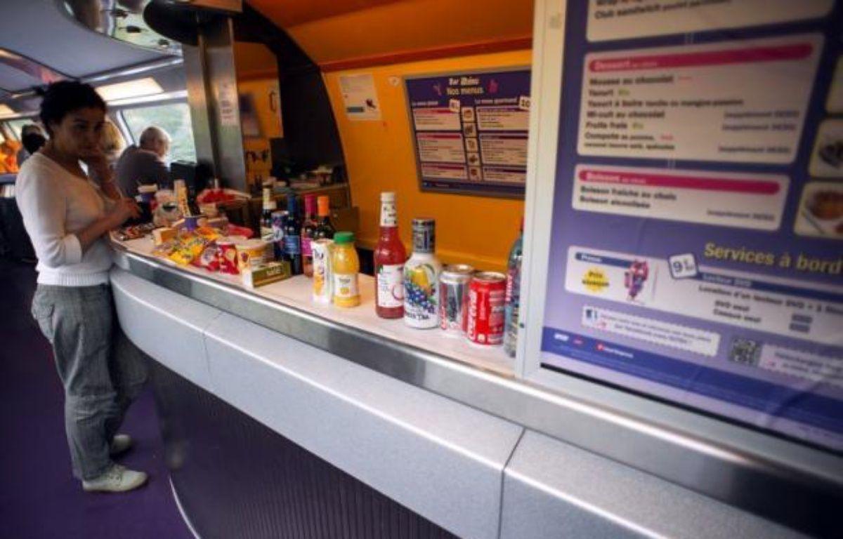 Dans le peloton de tête des motifs de grogne, la restauration à bord des TGV pourrait connaître de grands bouleversements: la SNCF a lancé un appel à idées pour réinventer à la fois les sandwichs, quiches et salades mais aussi le wagon-bar et les services qui vont avec. – Bertrand Langlois afp.com