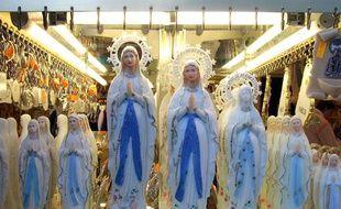 Des vierges remplies d'eau bénite vendues à Lourdes. Illustration.